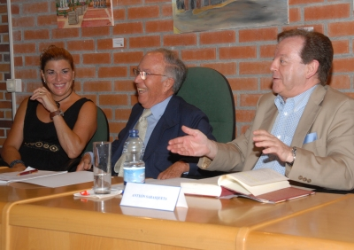 Imagen de Antxón Sarasqueta presentando el libro de memorias de Marcelino Oreja